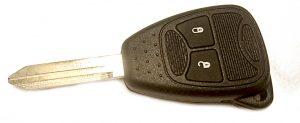 Chrysler kaukolukitusavain kaksinappinen.  Kuopion Kenkä- ja avainapu ohjelmoi avaimet  saman tien mukaan.