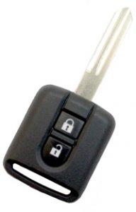 Nissan kaukolukitusavain, kahdella napilla. Kuopion Kenkä- ja avainapu ohjelmoi avaimet  saman tien mukaan.