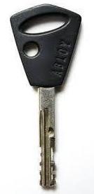 Kuva Abloy Exec-avaimesta. jonka tunnistaa pyöreästä läpi reijästä keskilinjasta hieman sivusa.