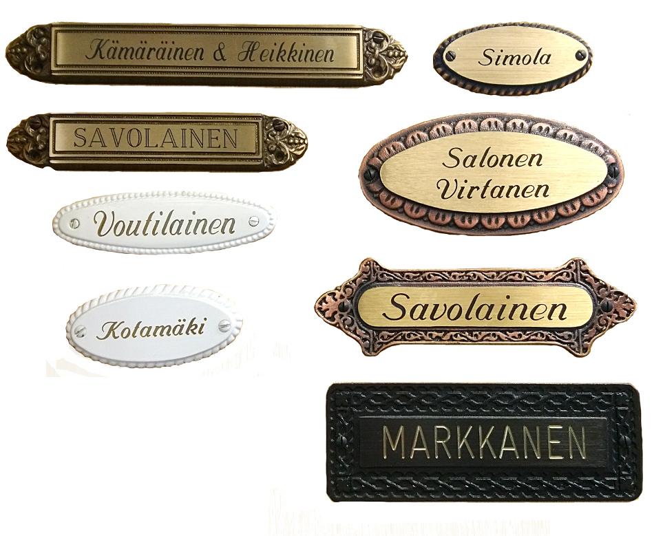 Messinkiset nimilaatta antavat ilmetta ulko-oveen.